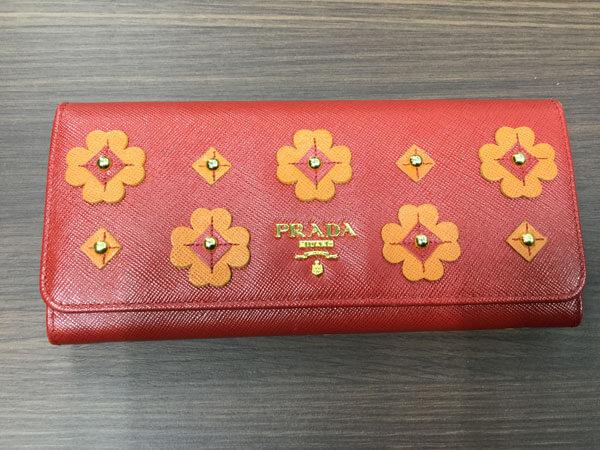 プラダ・レザー・フラワーモチーフの二つ折り長財布を買取 梅田 塚口店
