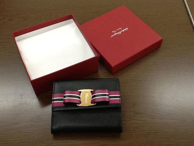 フェラガモ・ヴァラ・2つ折りの財布を買取|大阪|曽根店